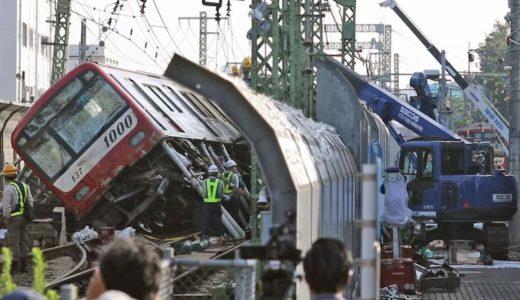 撤去作業が進む京急事故の脱線列車