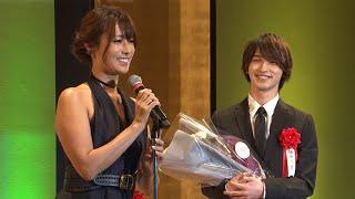 横浜流星、授賞式で深田恭子とハグ