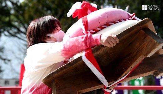 巨大鏡餅持ち上げ力比べ 京都・醍醐寺で「五大力さん」