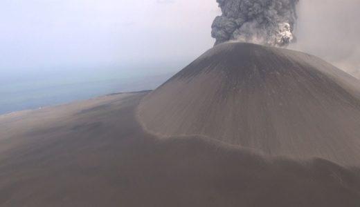 最大級の噴火続く西之島を撮影 火山灰に覆われる地表
