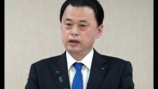 記者会見する島根県知事