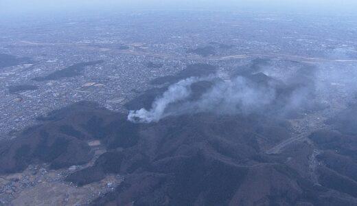 群馬県桐生市と栃木県足利市で発生した山林火災は現在も燃え続けている
